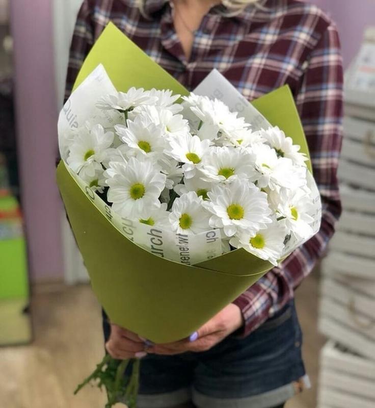 5 белых хризантем в оформлении